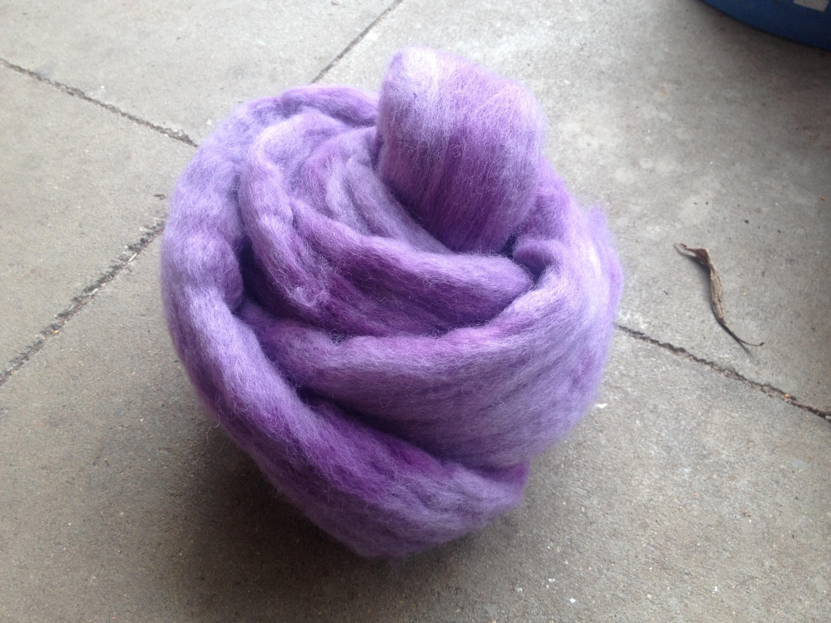 Rohwolle mit Blauholz gefärbt