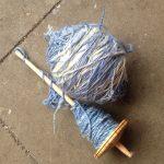 handgesponnenes garn merino blau weiss