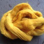 rohwolle kammzug mit pflanzen gefärbt