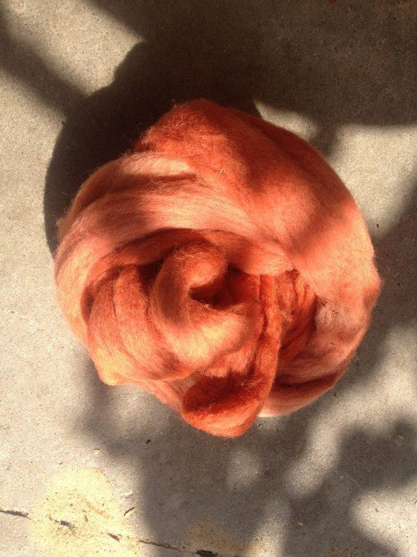schafwolle mit pflanzen gefärbt
